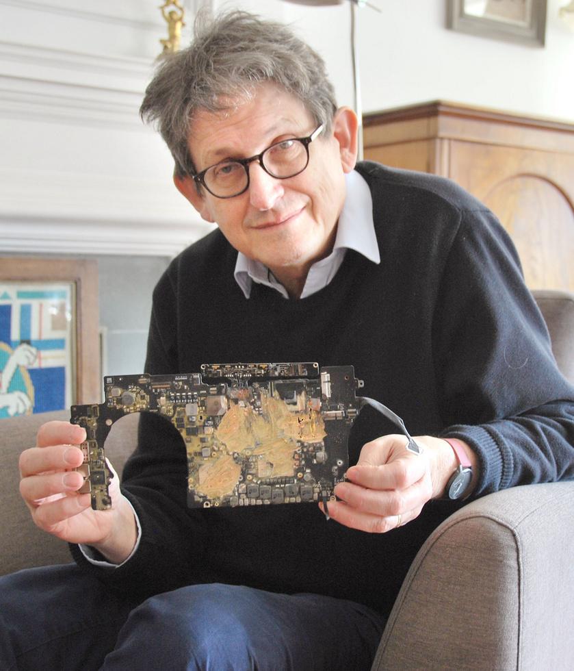 ハードディスクの残骸を手にする英ガーディアン紙前編集長のアラン・ラスブリジャー氏=英オックスフォード(共同)