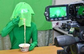 うどんを食べる動画を作るための撮影風景。緑色の部分は全て、編集で別の内容に置き換えられる
