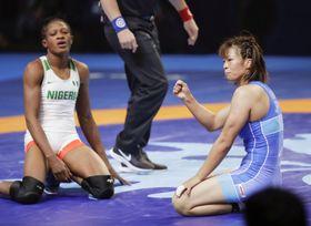 女子57キロ級準決勝でナイジェリア選手を破り、ガッツポーズする川井梨紗子(右)。東京五輪の代表に決まった=ヌルスルタン(共同)