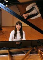 ソロコンサートに出演するピアニストの畑岡知子さん=稲美同町国安、コスモホール