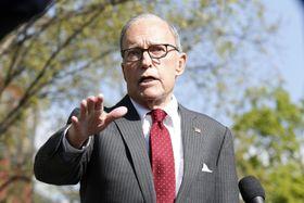 6日、ワシントンのホワイトハウスで記者団の取材に応じるクドロー米国家経済会議委員長(UPI=共同)