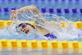 女子400メートル個人メドレー決勝 4分41秒13で優勝した四條畷学園・谷川亜華葉の自由形=熊本市総合屋内プール