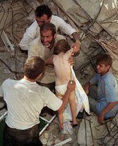 トルコ北西部大地震で被災したイズミトで、崩壊した自宅のがれきの中から36時間ぶりに救出された4歳の子ども=1999年8月(ロイター=共同)