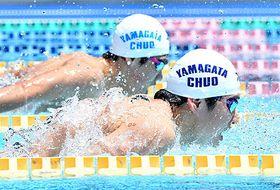 〈競泳男子100メートルバタフライ〉芳賀湧大(山形中央、手前)が鎌上将大(同、奥)を抑え頂点に立った=酒田市光ケ丘プール