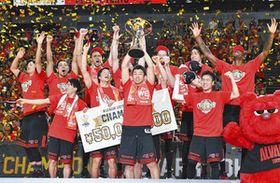 Bリーグの2代目王者となり、喜ぶA東京の選手たち=横浜アリーナで