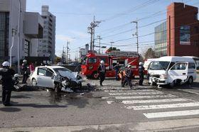 衝突した乗用車㊧とワゴン車=18日午前9時15分、鳴門市撫養町大桑島