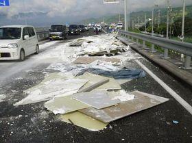 道路に落下し、散乱した石こうパネル(国土交通省提供)
