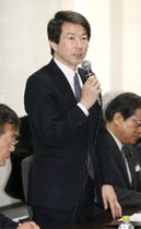 民進党の常任幹事会であいさつする大塚代表=16日午後、東京・永田町の党本部
