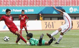 サッカー男子1次リーグのラオス―香港戦で、先制ゴールを決める香港選手(右)=ブカシ(共同)