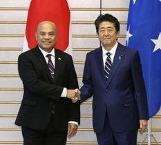 会談を前に握手を交わすミクロネシア連邦のパニュエロ大統領(左)と安倍首相=14日午前、首相官邸
