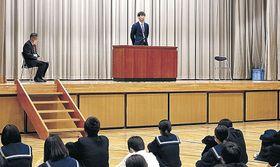 母校の生徒に夢を語る松田さん=白山市笠間中