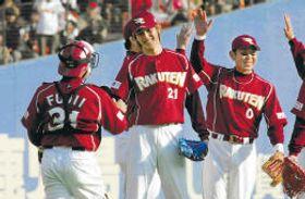 新規参入した初年の開幕戦(対ロッテ)を白星で飾り、笑顔で握手をする東北楽天・岩隈投手(中央)らナイン=2005年3月