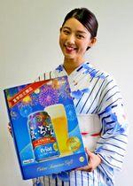オリオン夏いちばんをPRする広告メインキャストのMEIRIさん=21日、沖縄タイムス社