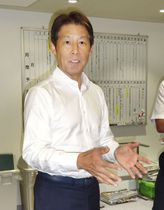 スタッフ会議を終え、取材に応じるサッカー日本代表の西野監督=19日、東京都文京区