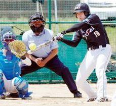 ジェイテクト対徳島ISクラブ 1回表、ジェイテクト1死一塁、長谷部が中越え2点本塁打を放ち3―0とする=吉野川北岸運動場