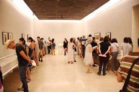 王立サン・フェルナンド美術アカデミーで妖怪コレクションに見入る来場者=9月22日(三次市提供)