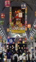色とりどりの灯籠が飾られたアーケード=鹿児島市東千石町