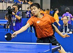 【卓球男子シングルス5回戦】ラリーでチャンスをつくる出雲北陵の山本歩=鹿児島アリーナ