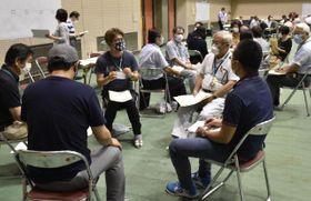 延岡市の第6次長期総合計画の策定に向け意見交換する「100人市民会議」のメンバー
