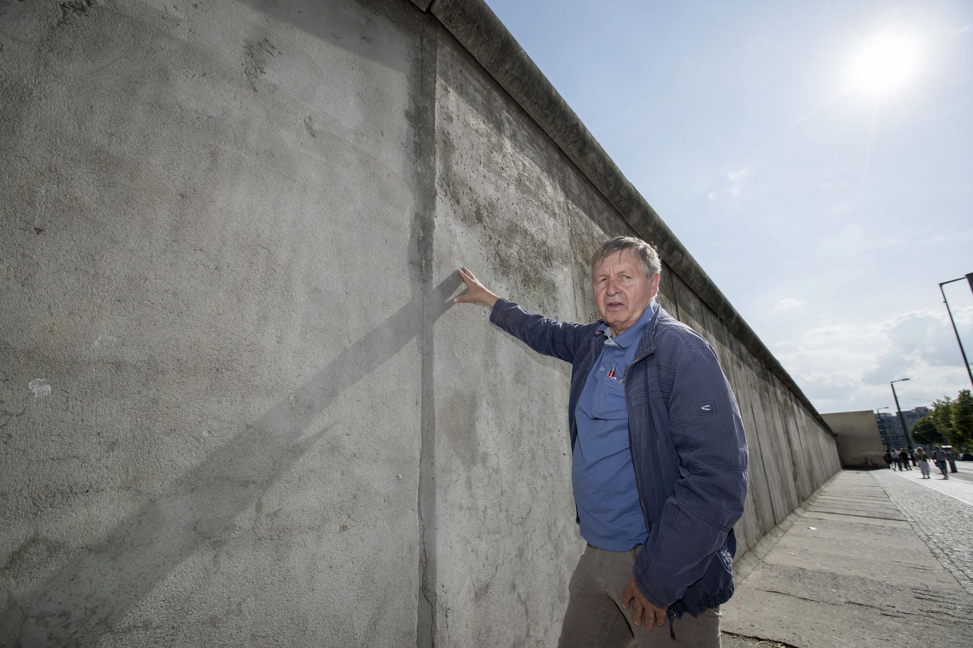 保存されている「ベルリンの壁」を訪れたハルトムート・リヒター。現存する壁の多くは色とりどりの落書きで覆われているが、ここは冷戦当時の灰色のまま残されている=9月、ベルリン(共同)