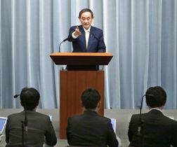 記者会見する菅官房長官=22日午前、首相官邸