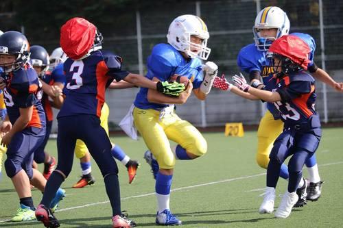 熱戦を展開した紺のジャージーのノジマ相模原ライズJr.と世田谷ハリケーンズ=写真提供・関東小学生アメリカンフットボール連盟