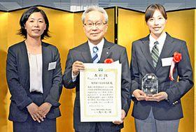 表彰式に臨んだ(左から)吉田コーチ、北村頭取、青木主将=東京都・経団連会館