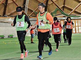 アイマスクを着けた走者と伴走者が参加したブラインドチャレンジ