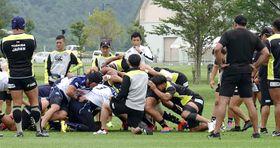 合同練習でヤマハ発動機とスクラムを組むラグビー日本代表(右側)=北海道網走市