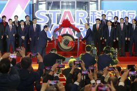 株式市場「科創板」の取引開始を記念し、中国・上海で行われた式典=22日(共同)