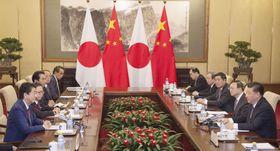 北京の釣魚台迎賓館で中国の習近平国家主席(右端)と会談する安倍首相(左端)=10月(共同)