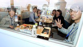 観光列車を楽しむ試乗会の参加者=魚津駅