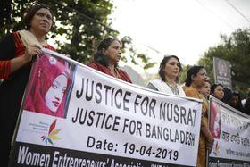女子学生が焼き殺された事件に抗議する人々=19日、ダッカ(AP=共同)