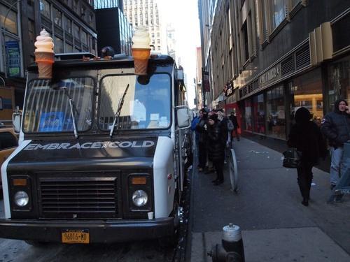 寒さに関わらずソフトクリーム屋さんは営業していた=撮影:Hiroshi Ikezawa、30日、ニューヨーク