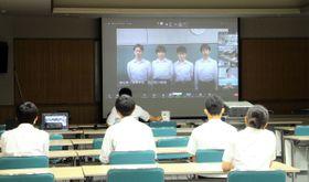 高松一高チームの動画メッセージを視聴する観音寺一高のチームの生徒たち=香川県観音寺市茂木町、観音寺一高