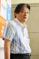 公開質問状を提出後、記者の質問に答える名古屋市の河村たかし市長=20日午後、名古屋市役所
