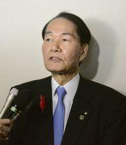 記者団の取材に応じる香川県の浜田恵造知事=12日午前、高松市