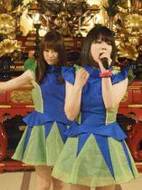 アイドルフェスで歌う「AH(嗚呼)」のりりかる*ことぱぉさん(右)とSuzuさん=6月3日、京都市下京区・龍岸寺