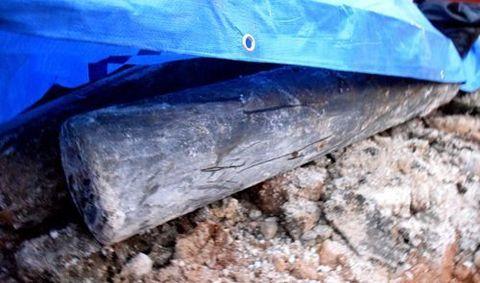 屋良小学校グラウンドの地中から発見された米軍製とみられるボンベ=9日午後、嘉手納町屋良