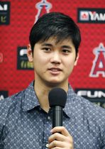 レイズ戦でサイクル安打を達成し、記者会見する米大リーグ、エンゼルスの大谷翔平=13日、セントピーターズバーグ(共同)