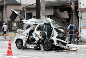 大破した軽乗用車=23日午前7時53分、神戸市須磨区須磨浦通6