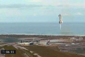 打ち上げ試験で着陸する直前の宇宙船「スターシップ」実験機。着陸に成功後、10分たたずに爆発した=3日、米テキサス州(UPI=共同)