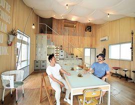 捨てられる材料を生かしながら明るい空間に仕上げた室内=浜松市西区伊左地町の「アップサイクルスタジオ」