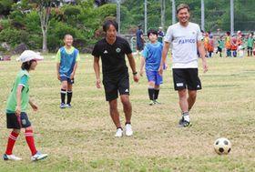 子どもたちと一緒にプレーする今井さん(中)と飯田選手(右)=上松町の上松中で