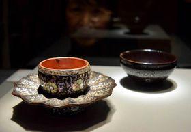 龍光院が所蔵し、重要文化財に指定されている天目茶碗(右)と天目台=甲賀市信楽町・MIHO MUSEUM