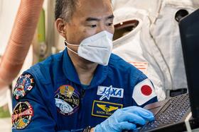 新型コロナウイルス感染予防対策をしながら訓練する野口さん=6月(JAXA/NASA提供)