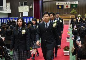 在校生らに見送られ、退場する新野高の卒業生=阿南市