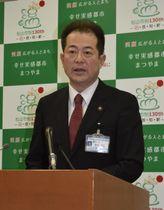 「4月以降できるだけ早く西条市を訪問したい」と述べる松山市の野志克仁市長=25日午前、市役所