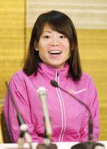大阪国際女子マラソンから一夜明け、記者会見で笑顔を見せる松田瑞生=27日、大阪市