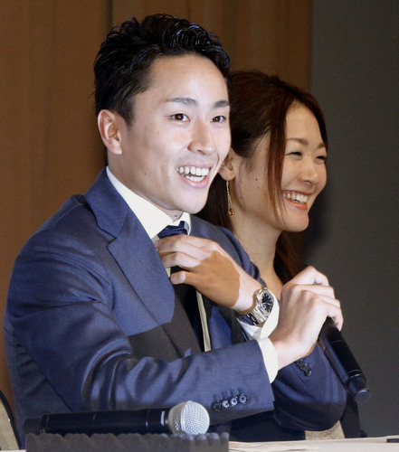 IOC総会から帰国し、笑顔で記者会見する太田雄貴選手=10日夜、東京都庁